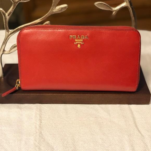 e0e4366c22ed60 Prada Women's Saffiano Wallet. M_5b19fe6eaaa5b81834567dea